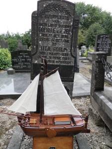 Marian Gouda op graf Doekele van der Zee en Ytje Robijn op Algemene Begraafplaats Harlingen